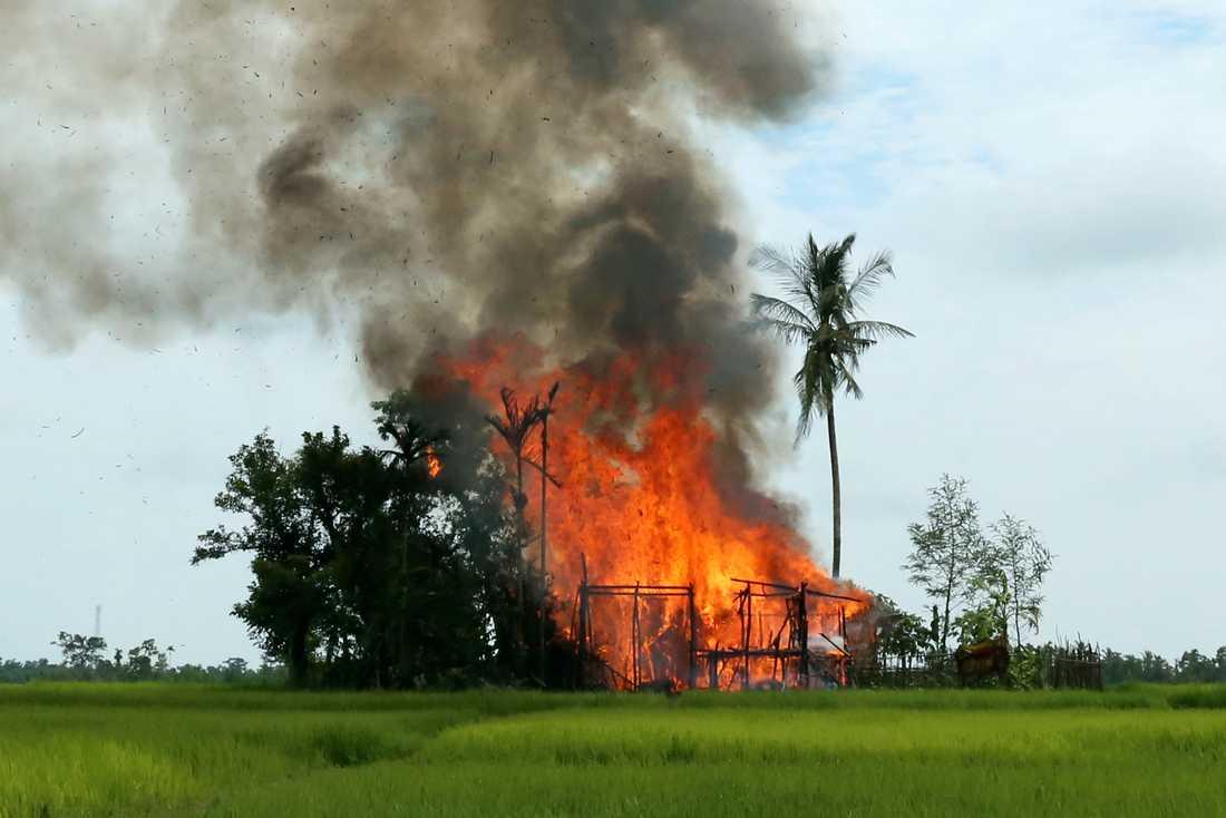Brinnande hus i Burma.