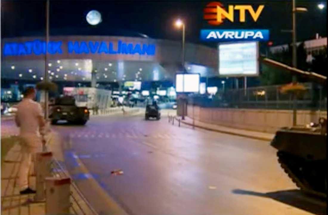 Militärfordon har spärrat av Ataturkflygplatsen i Istanbul.