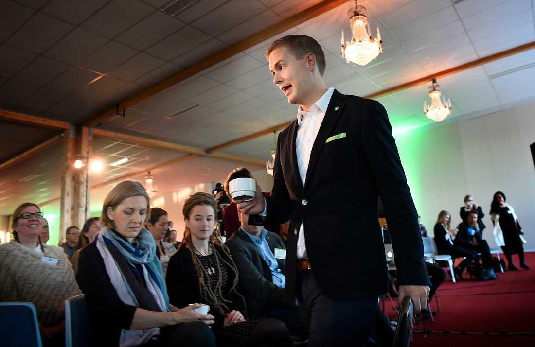 Miljöpartiets kommun- och landstingsdagar i Sundsvall. Språkröret Gustav Fridolin fyler på kaffekoppen.