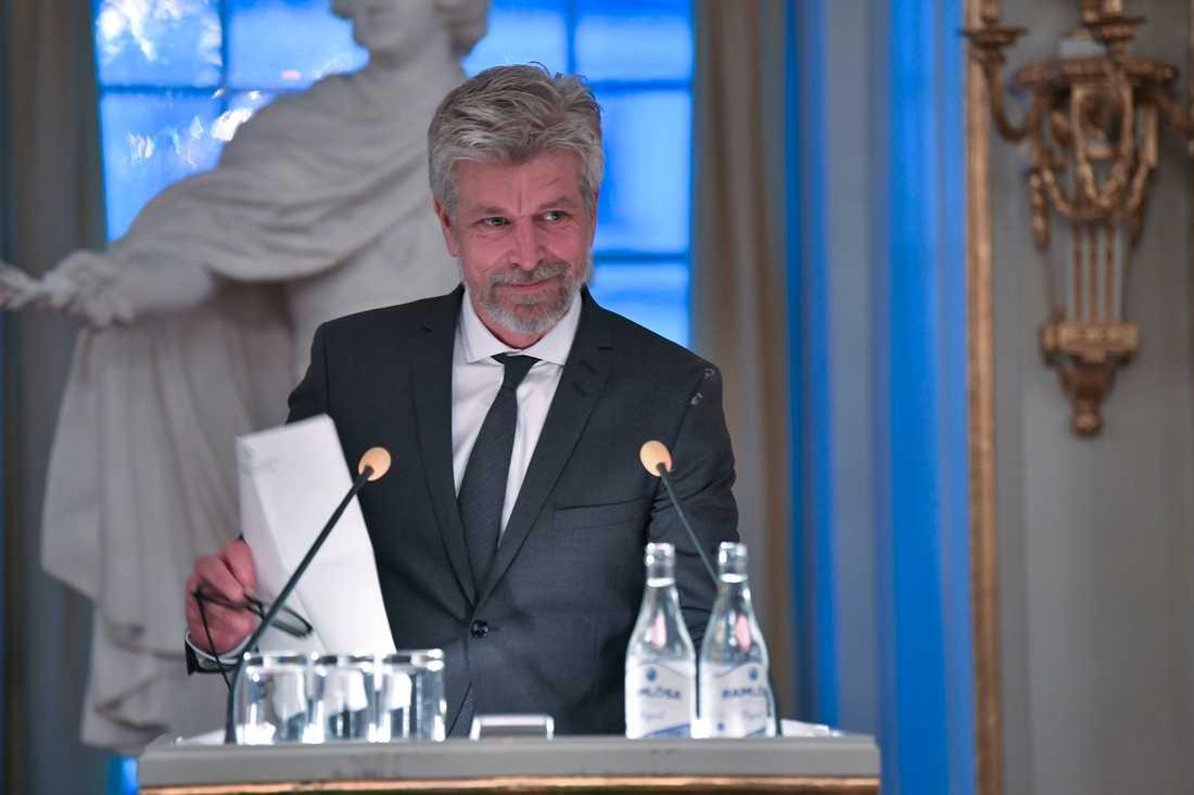 Svenska Akademien delar ut sitt nordiska pris till den norska författaren Karl Ove Knausgård vid en ceremoni i börssalen.