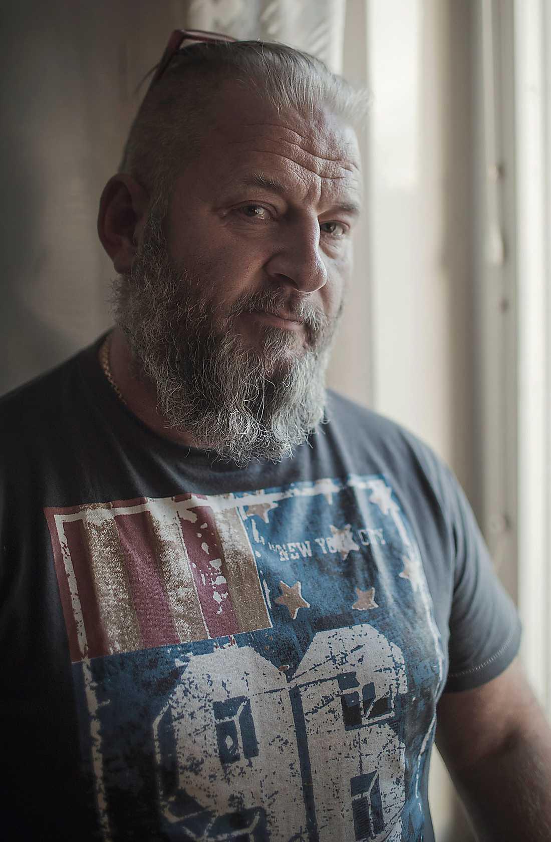 Dubbla roller Micke Gradin, SD,  arbetar på ett transitboende för asylsökande. Foto: Stefan Bladh