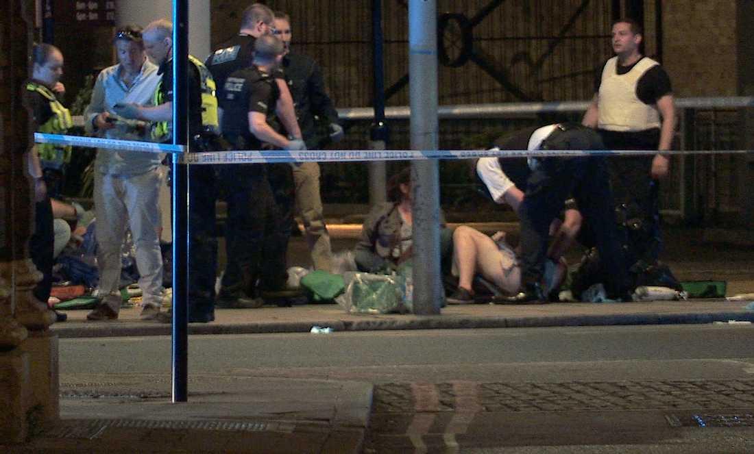 skadade behandlas vid Thrale Street nära London Bridge efter terrorattacken.