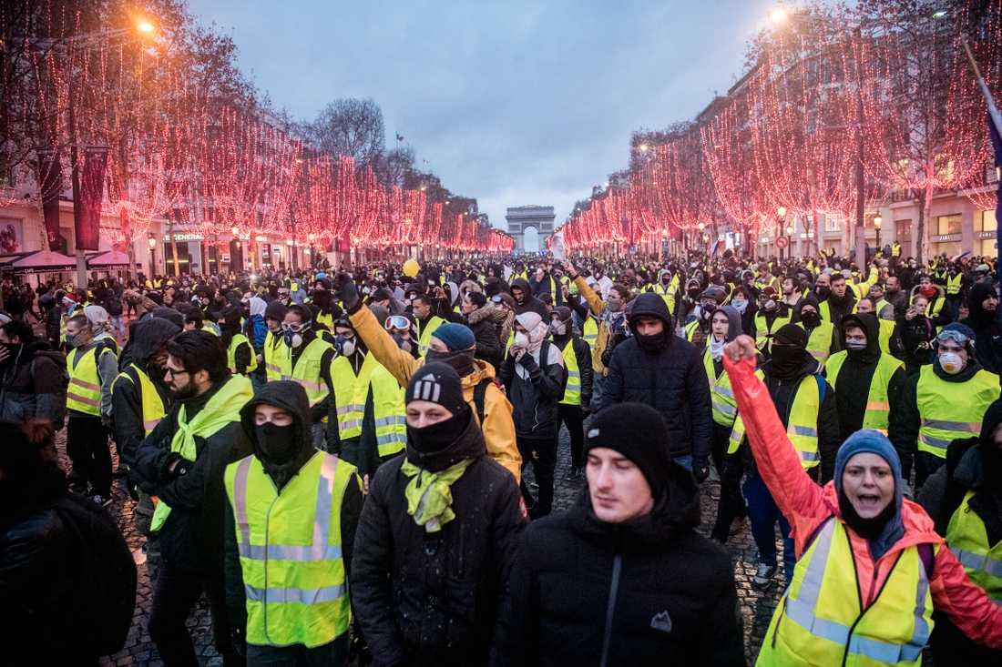 Protesterna har sedan vuxit till att omfatta ett mer allmänt missnöje mot den franske presidenten Emmanuel Macron och hans politik.