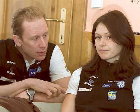 Landslagschef Gunde Svan försöker trösta Britta Norgen som inte får starta i dag på grund av för höga blodvärden. Ett resultat av hennes magsjuka.