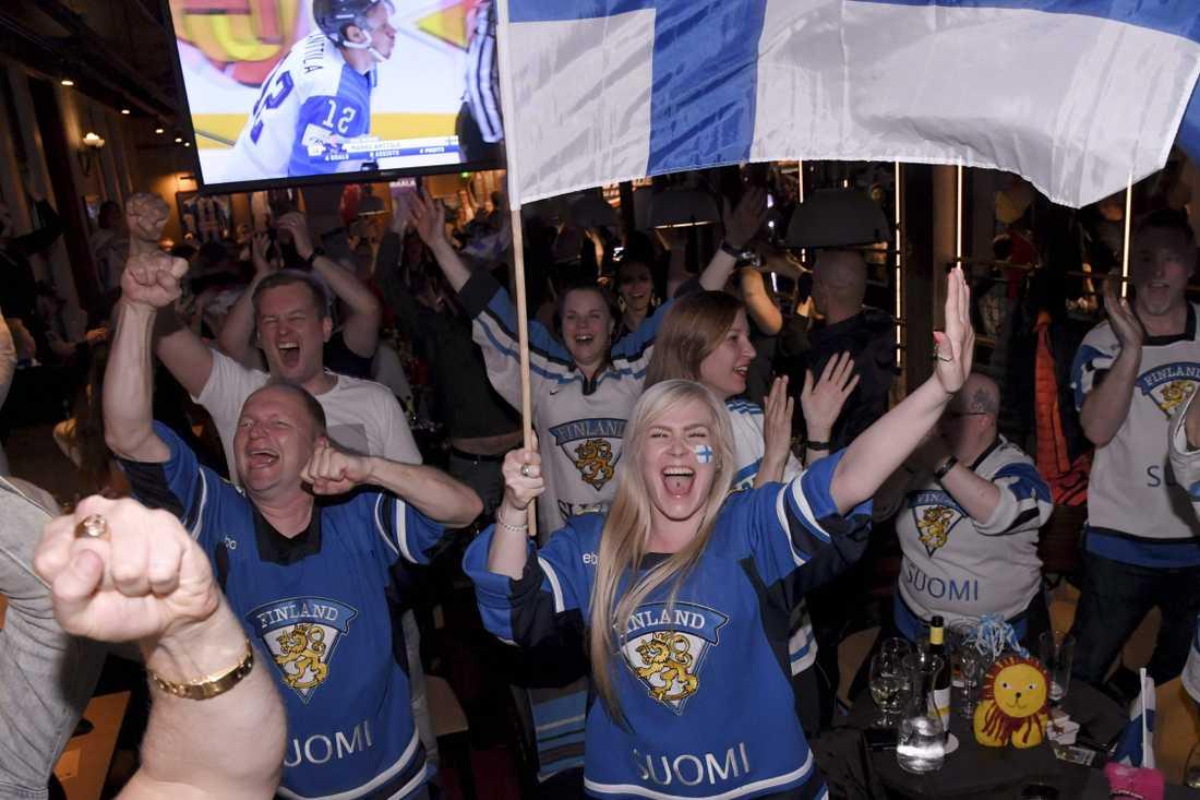 Hög stämning på en bar i Helsingfors.