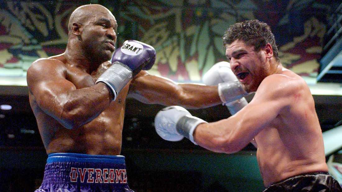 """Evander Holyfield (1962-) i en WBA-titelmatch mot John Ruiz 2001. """"The Real Deal"""" Holyfield besegrade bland annat Mike Tyson två gånger, 1996 och 1997, där den andra matchen slutade med att Holyfield fick örat avbitet (!)"""