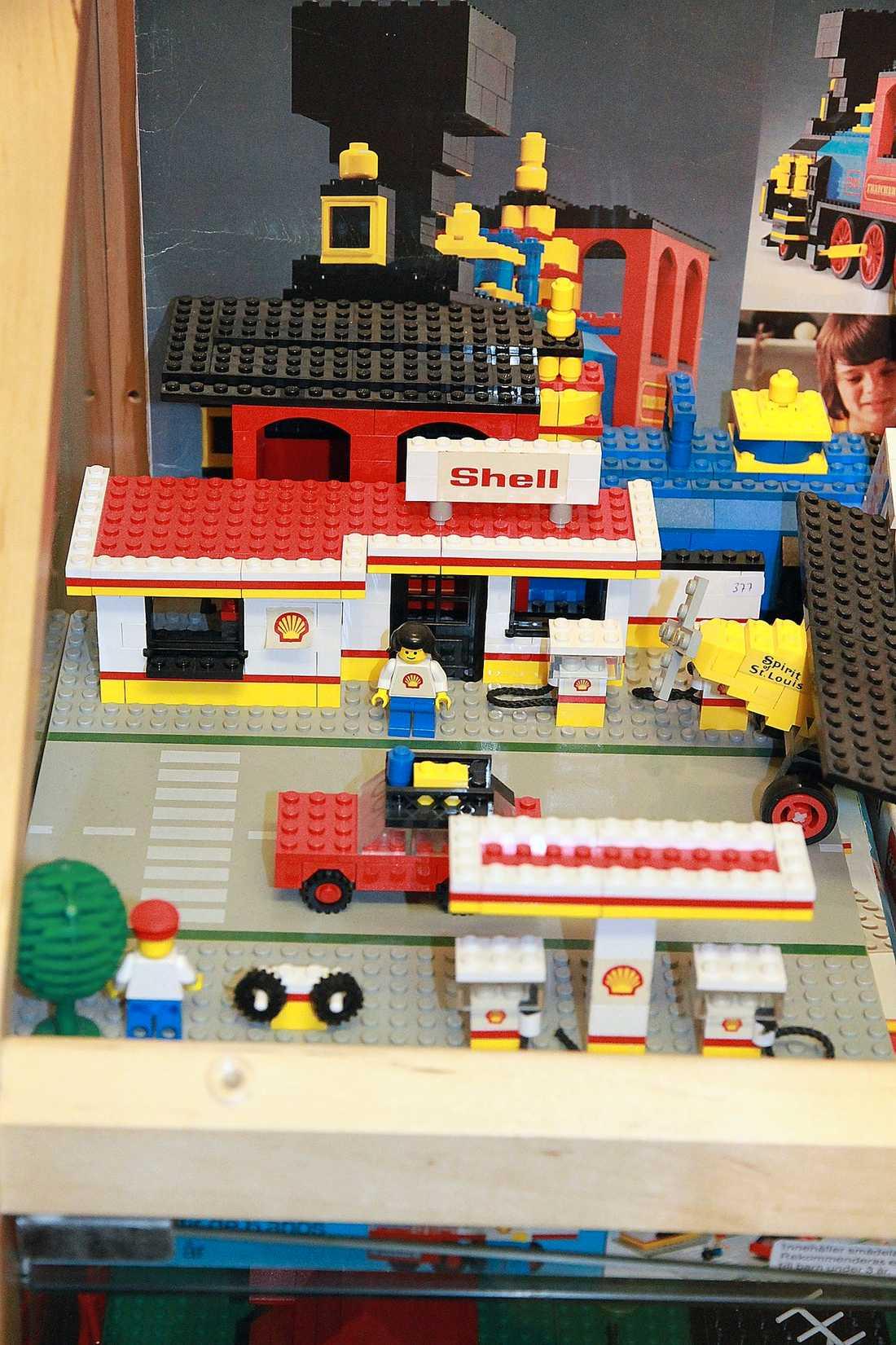 MACKEN Legomackarna kom med tre olika logotyper. Först ut var multijätten Esso, som sedan blev Exxon. Dessutom kunde man köpa Shell-mackar. Men för att slippa förknippas med oljekatastrofer och miljöskandaler har Lego nu för tiden det egna mackmärket Octan.