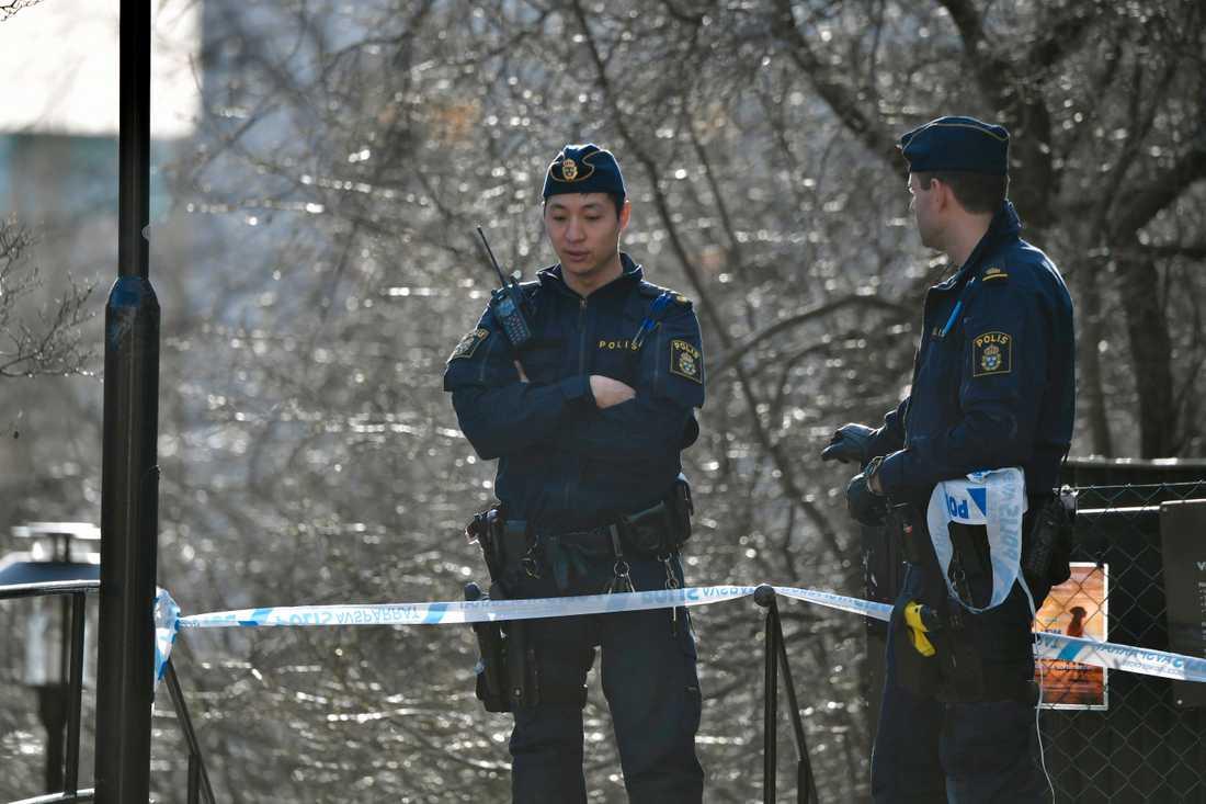 Poliser på plats vid Medborgarplatsen.