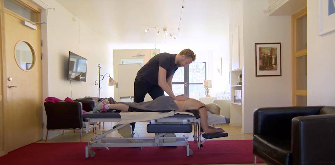 Gunilla Persson får massage.