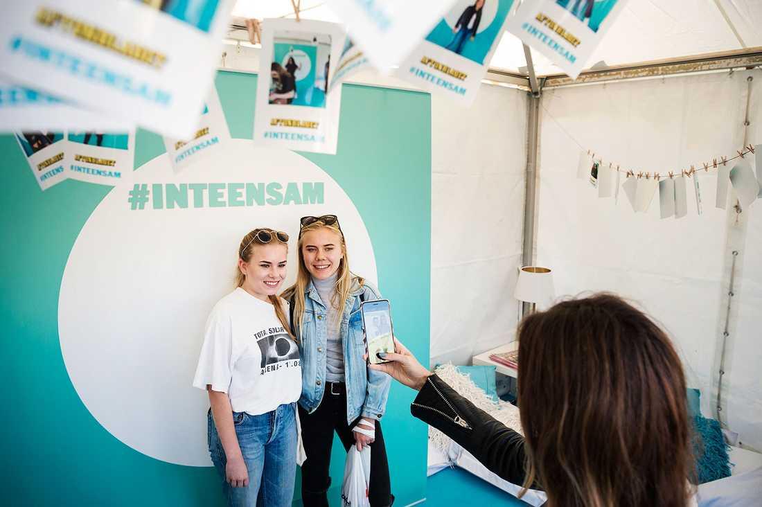 Lina Andersson, 20 och Wilma Andersson, 16, besöker tältet.
