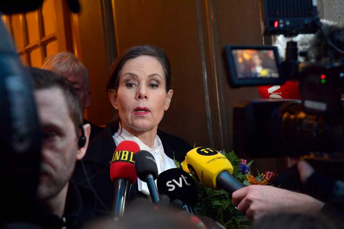 Sara Danius lämnar Börshuset i Gamla stan tillsammans efter Svenska Akademiens sammanträde på torsdagen.