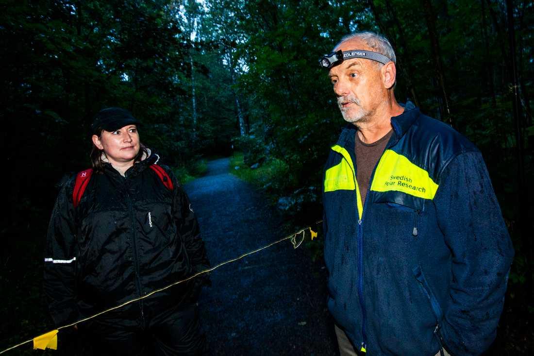 Politikern Sara Stenudd följde med forskaren Jens Rydell ut när han satte upp nät i Stockholmsområdet för att fånga fladdermöss.