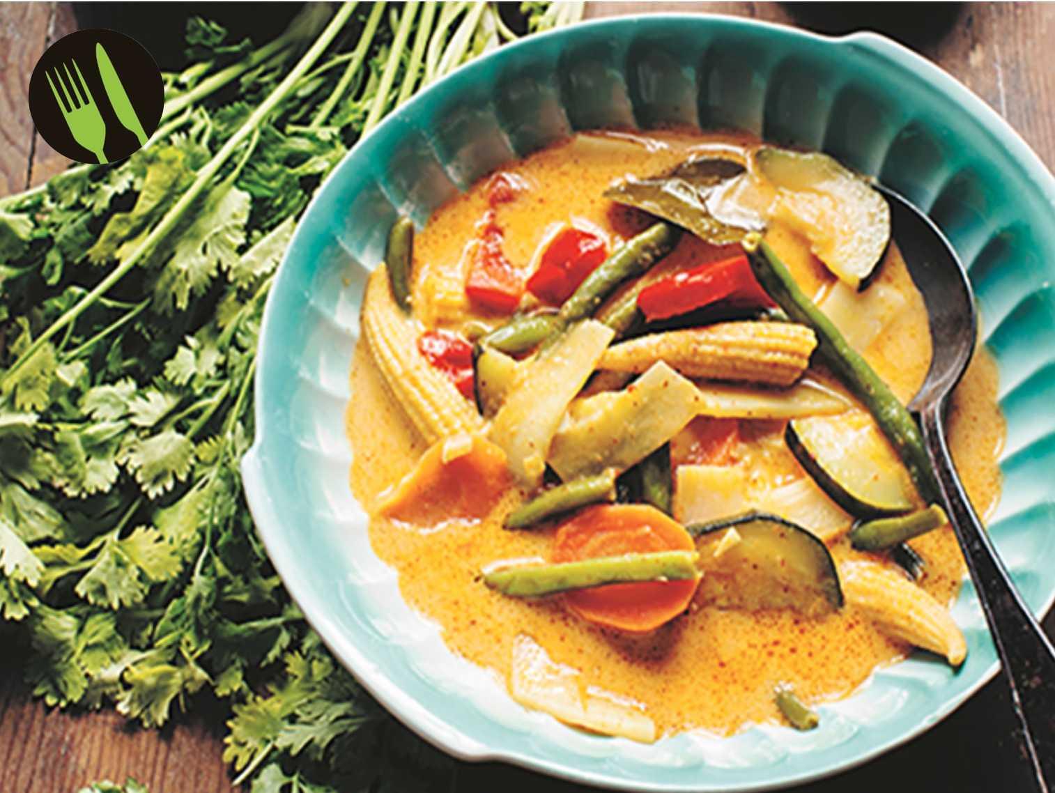 Kaeng phet – röd currygryta med grönsaker.