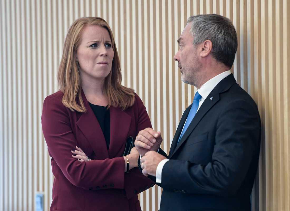 Trycket ökar infrån på både C-ledaren Annie Lööf och L-ledaren Jan Björklund på att de ska godkänna M-ledaren Ulf Kristersson som statsminister.
