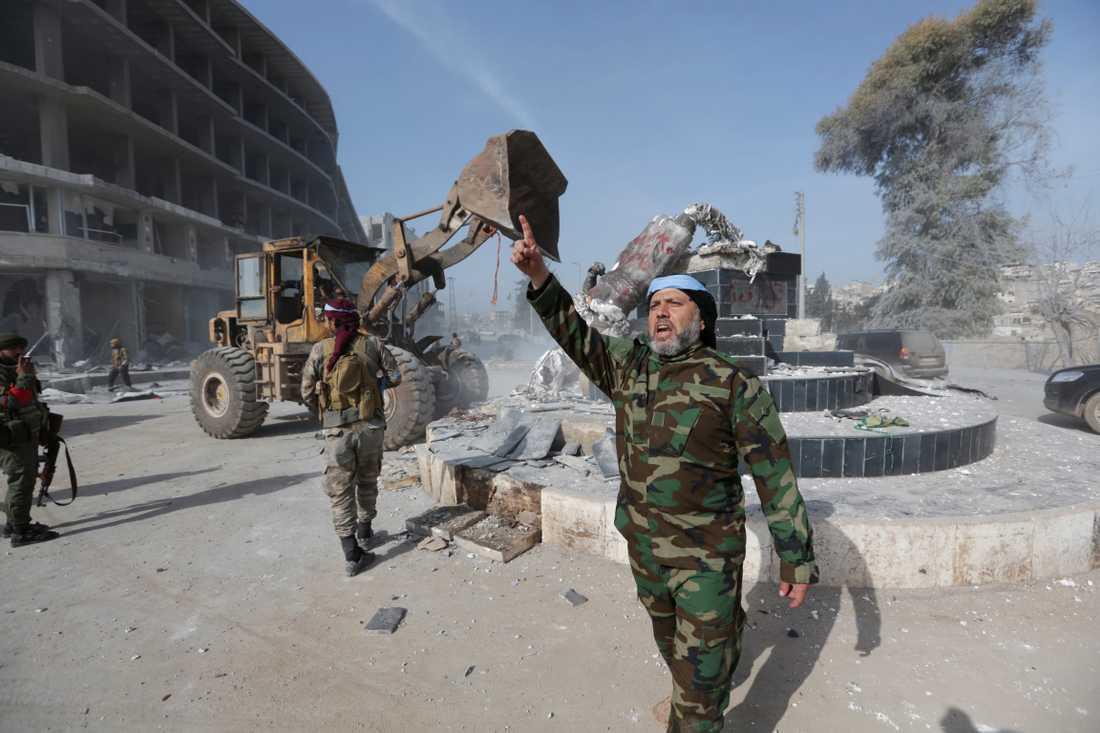 Turkiskstödda styrkor tar ner en kurdisk staty i Afrin.