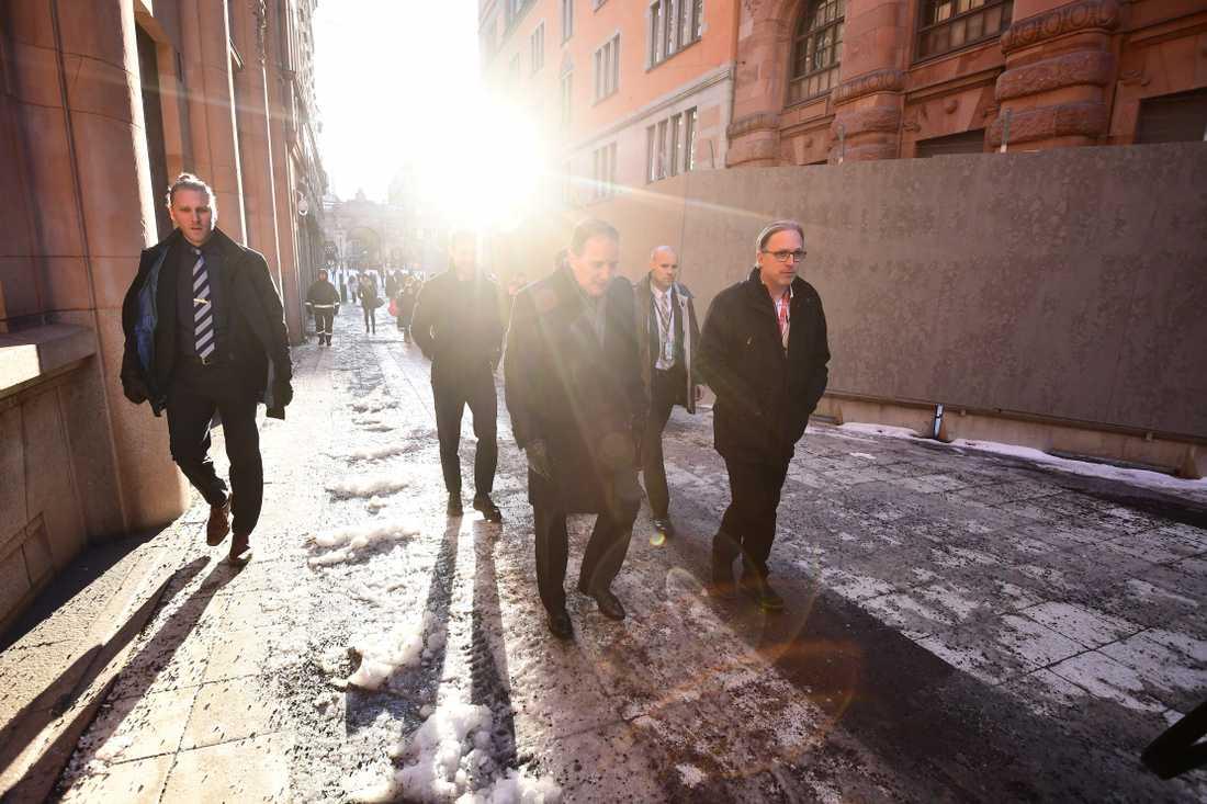 Statsminister Stefan Löfven (s) lämnar riksdagshuset .
