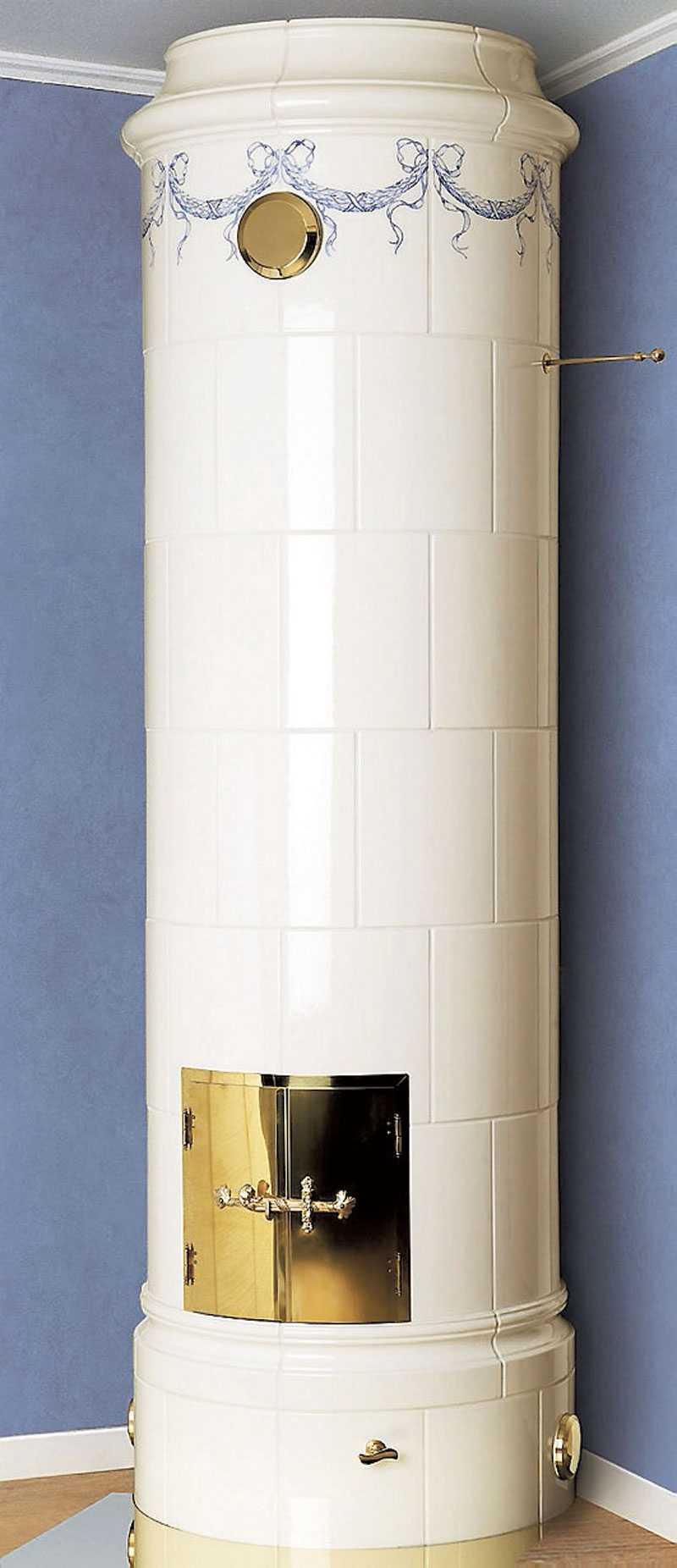 Christineberg. Klassisk svensk kakelugn, passar både mot hörn och vägg. Äggskalsvitt kakel med koboltblå dekor. Pris: 55500 kr. www.keddy.se