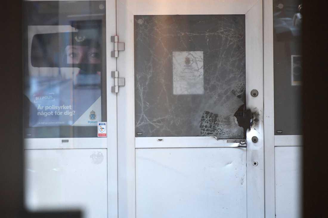Vad som detonerat utanför Staffanstorps polishus kan polisen ännu inte säga.