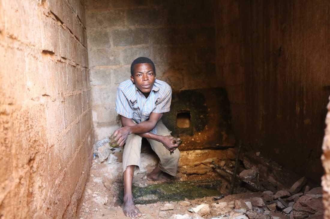 Olivier Batoro, 37 år gammal, står över ett latrinhål som ska tömmas i Burkina Fasos huvudstad Ouagadougou.