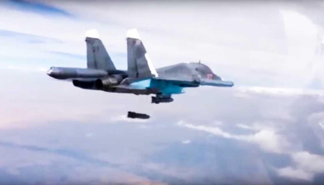 Ett ryskt plan släpper bomb över Syrien. Arkivbild. Foto: AP