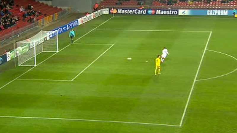 Han rundar målvakten och rullar in 1-1-målet i tomt mål - till danskarnas stora ilska.