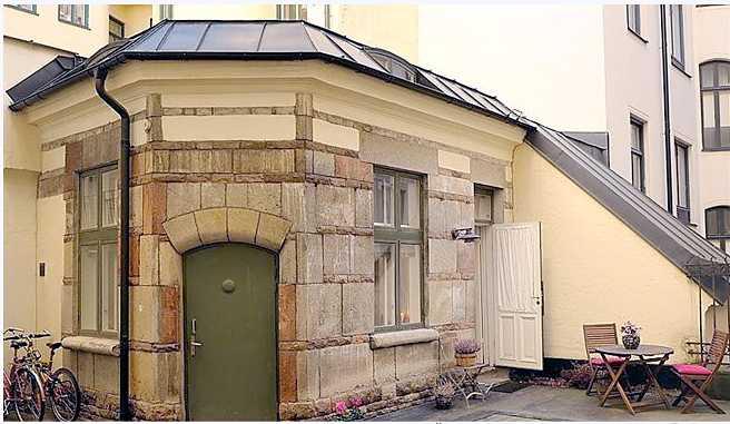 Den lilla ettan har egen ingång och uteplats på gården. I torsdags såldes den för tre miljoner kronor.