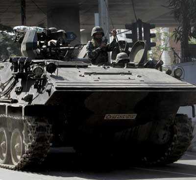 En kombination av armé-, flott- och flygvapenstyrkor har satts in i Bangkok för att skingra demonstranterna.