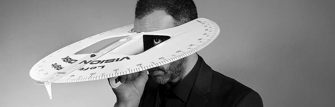 """I Mounir Fatmis verk """"Peripheral vision"""" förblindas han av ett instrument som samtidigt pekar ut något bakom honom."""