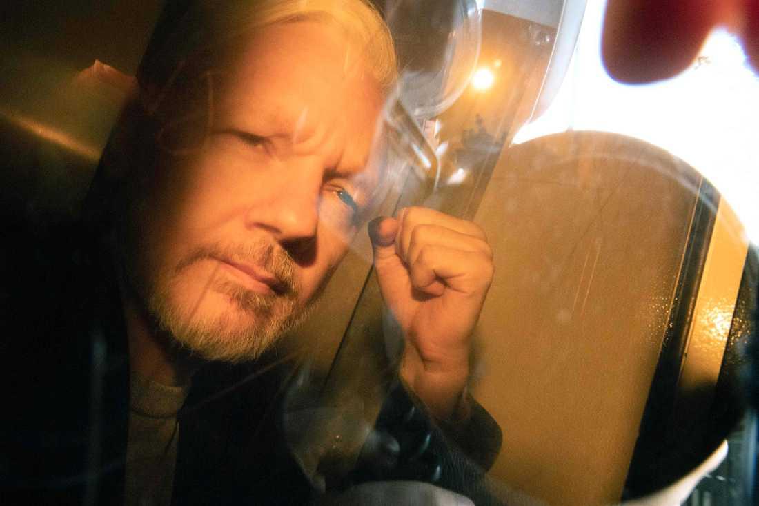 Julian Assange i fångtransporten innan onsdagens dom om borgensbrott.
