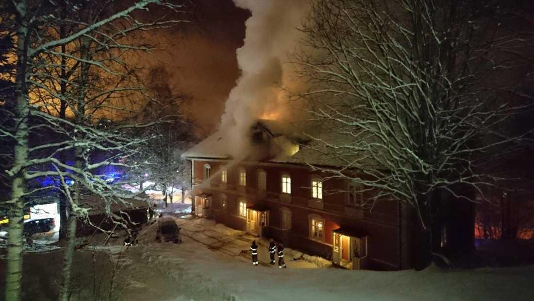 Räddningstjänsten beslutade snart att huset inte kunde räddas och lät det brinna ner.