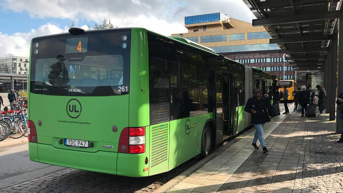 UL uppmanar resenärer att gå ombord i bak på bussen.