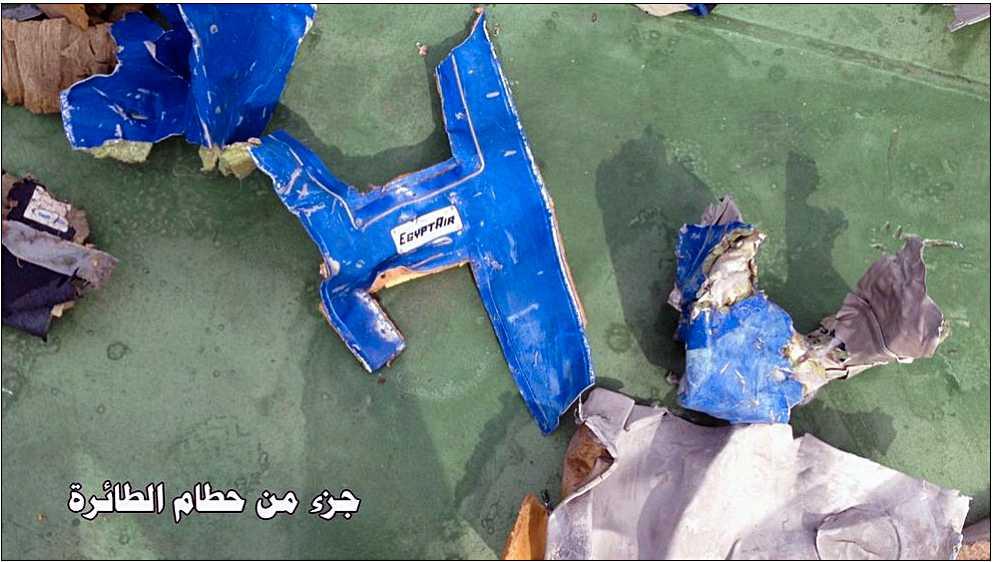 På flera av vrakbitarna syns flygbolaget Egyptairs logga.