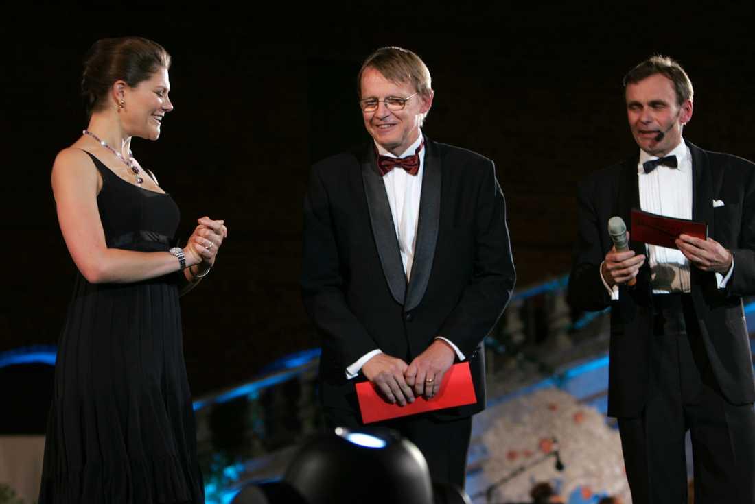 Hans Rosling tar emot Nationalencyklopedins kunskapspris av kronprinsessan Victoria 2007.