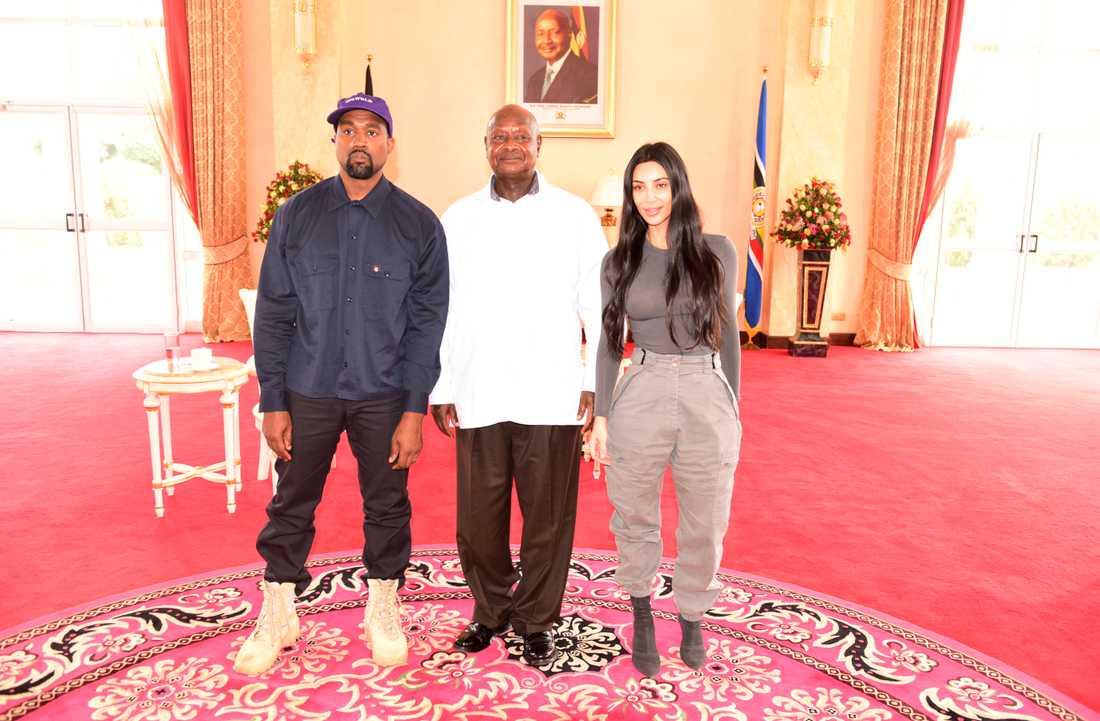 Kanye West, president Yoweri Museveni, och Kim Kardashian.