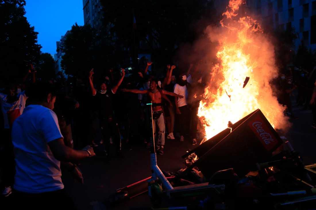Polisen avfyrade tårgas mot demonstranterna, som i sin tur svarade med att kasta bråte mot polisen och anlägga flera bränder.