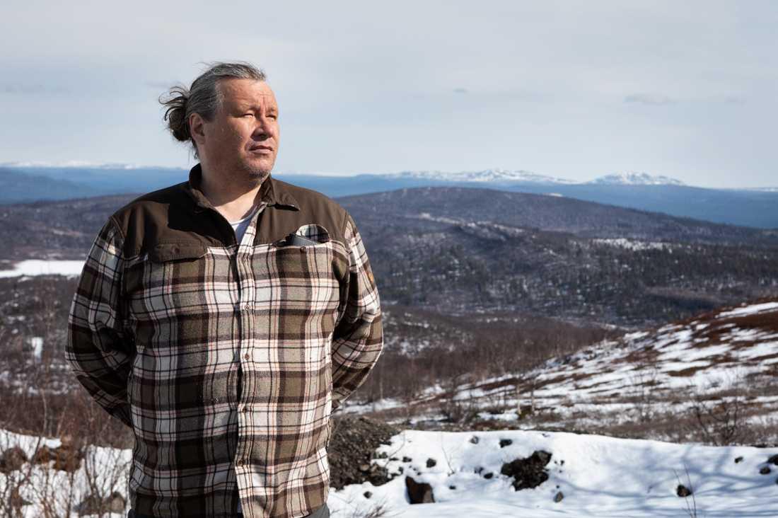 """Per-Erik Stenberg är renskötare och ordförande för Laevas sameby. """"Jag tycker att det är horribelt att man skulle låta skotrar köra in i en kalvande renhjord med högdräktiga vajor"""", säger han."""