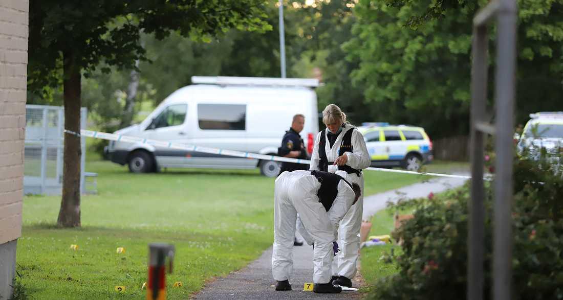 Teknisk undersökning på mordplatsen i Örebro.