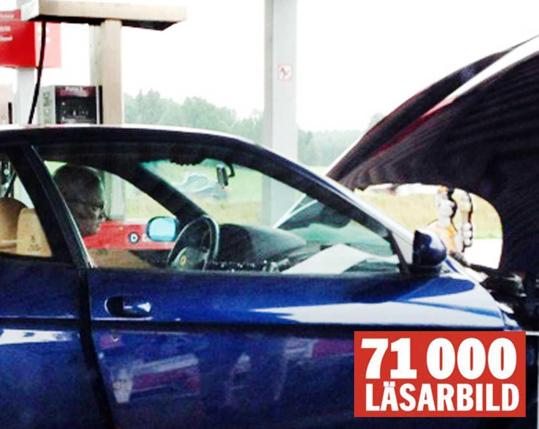 MOTORSTOPP. Kungen, i sällskap med Säpoagenter, fick stanna till på en bensinstation i Vårgårda för att få Ferrarin att rulla igen.