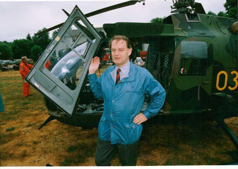 """""""Sorgligt"""" Anders Björck, som var försvarsminister 1991-1994, tycker att nedmonteringen av incidentberedskapen är sorglig. Här syns han framför en militärhelikopter under en storbrand i Småland 1992."""