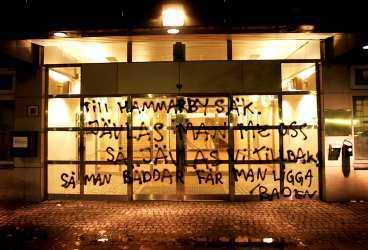 så man bÄddar... Hammarbys kansli drabbades i natt av ett attentat. Några fans hade sprayat ner hela entrén och de hade även förstört fönsterrutor på byggnaden.