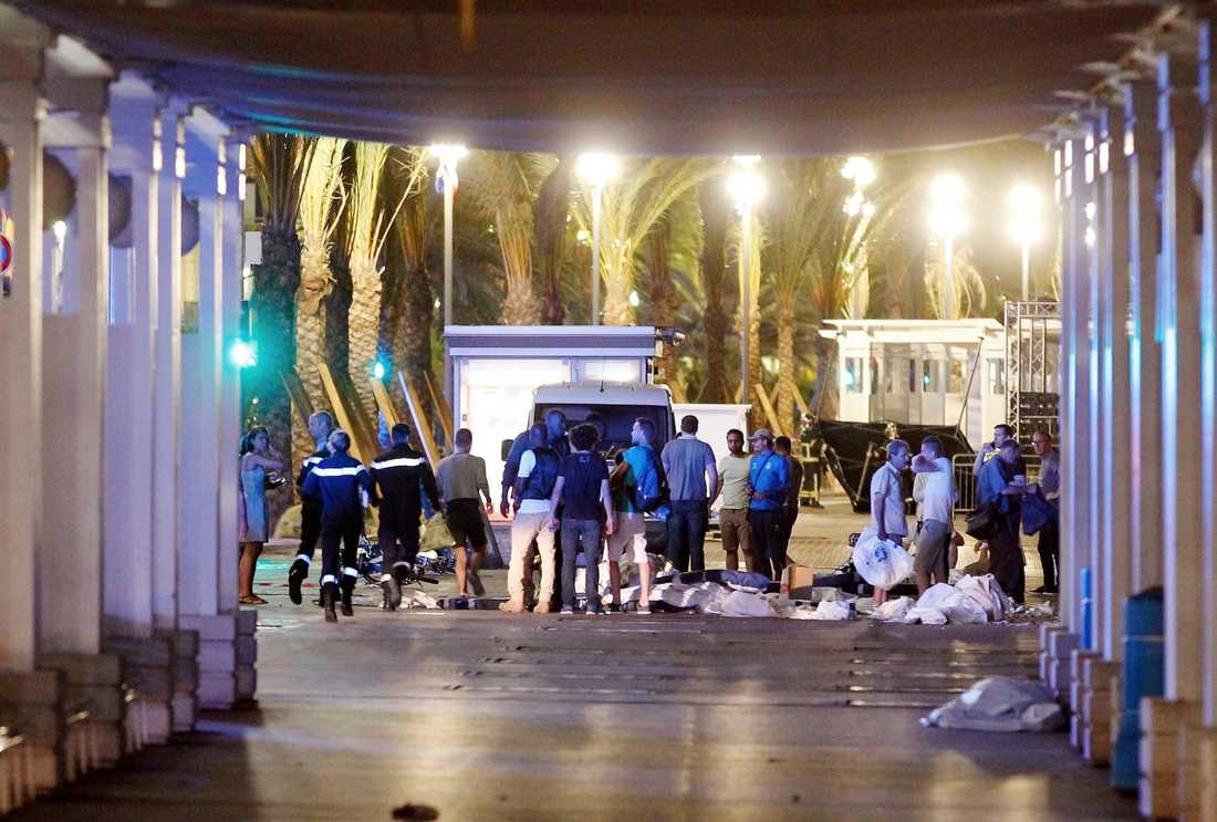 Tidigt på fredagen ligger kroppar kvar på Promenade des Anglais.