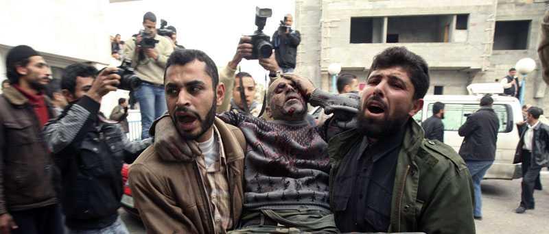 En sårad man tas omhand efter att ha skadats i Israels flygattack mot Gaza. Enligt uppgifter kan hundratals palestinier ha dött i attacken som ska ha varit riktad mot ett 30-tal olika mål på Gazaremsan.