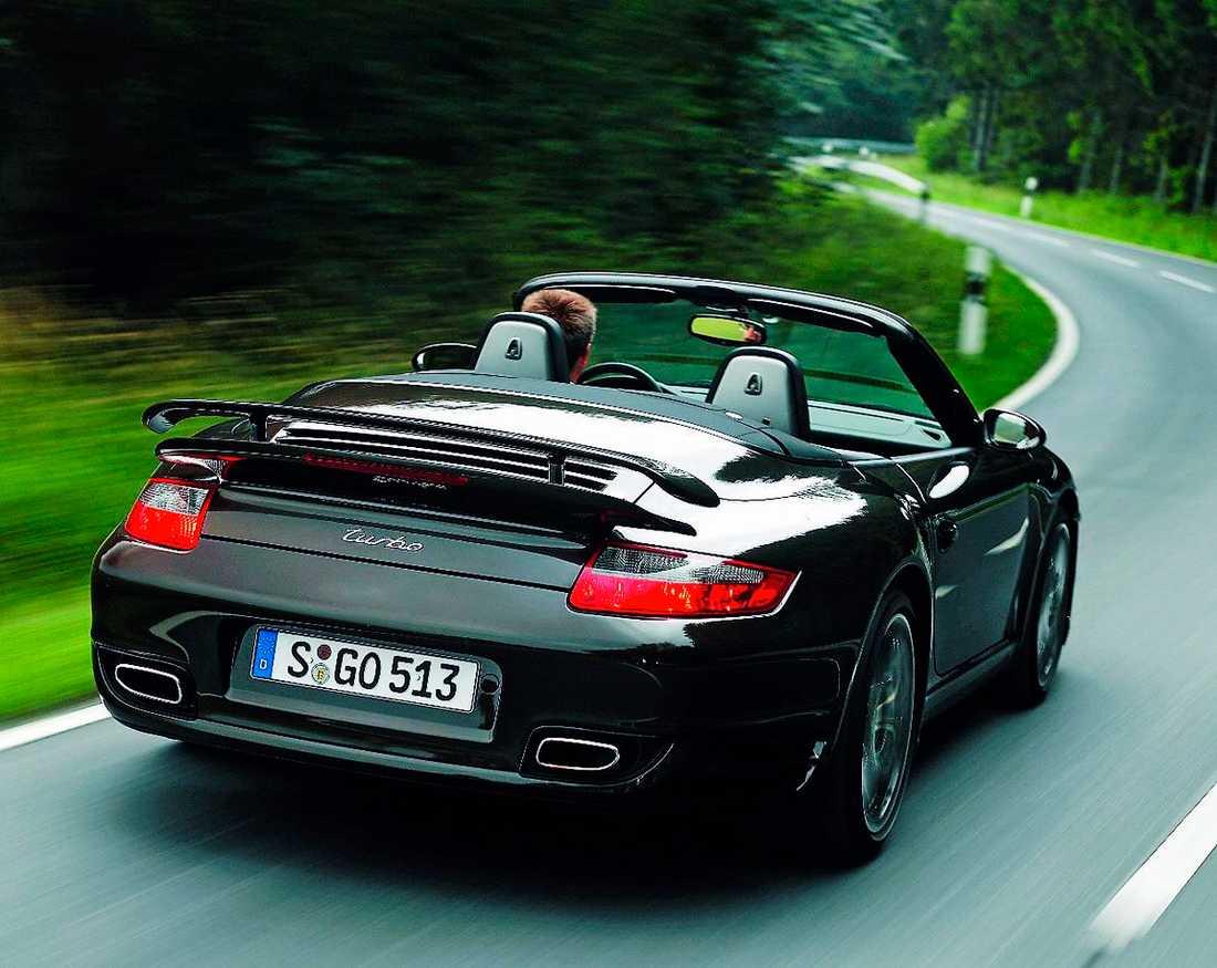 Med cabben nere låter det rejält från avgaspiporna. Turbo-ljudet överröstar motorljudet. Bättre då med taket uppfällt ...