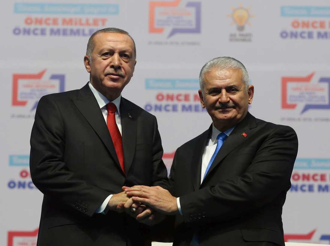 Turkiets president Recep Tayyip Erdogan, till vänster, skakar hand med Binali Yildirim, tidigare premiärminister och nu talman i det turkiska parlamentet.