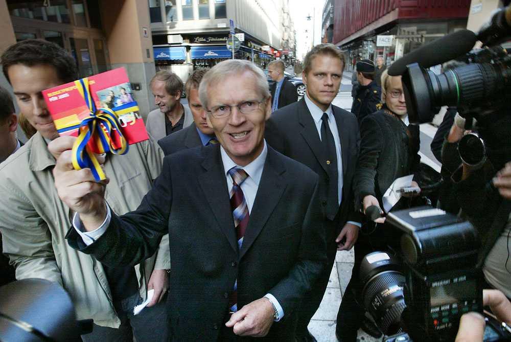 2004 Bosse Ringholm revolutionerar budgetpromenaden med att ha rubbet på en CD-skiva.