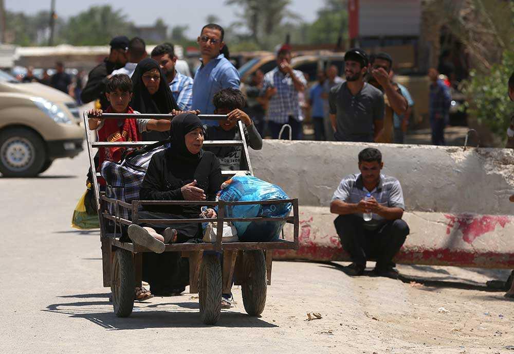 Invånare flyr sin hemstad Ramadi under lördagen.