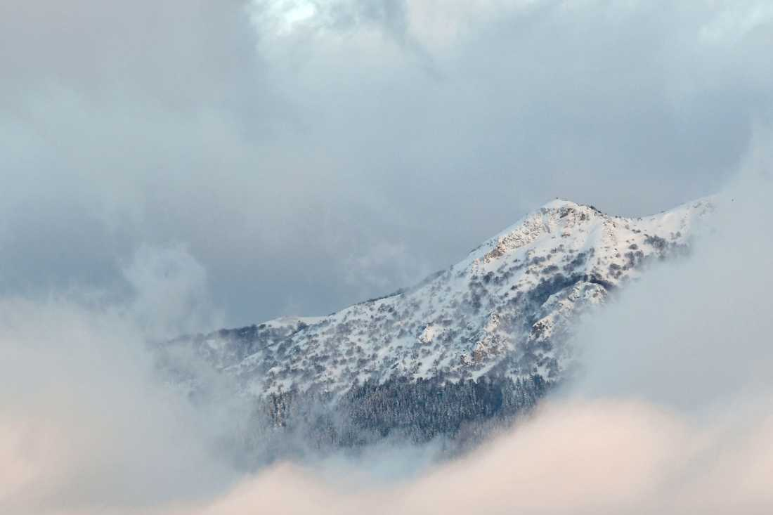 Många personer befaras ha dött efter att en lavin träffat ett hotell i staden Farindola i Pescaraprovinsen i Italien.