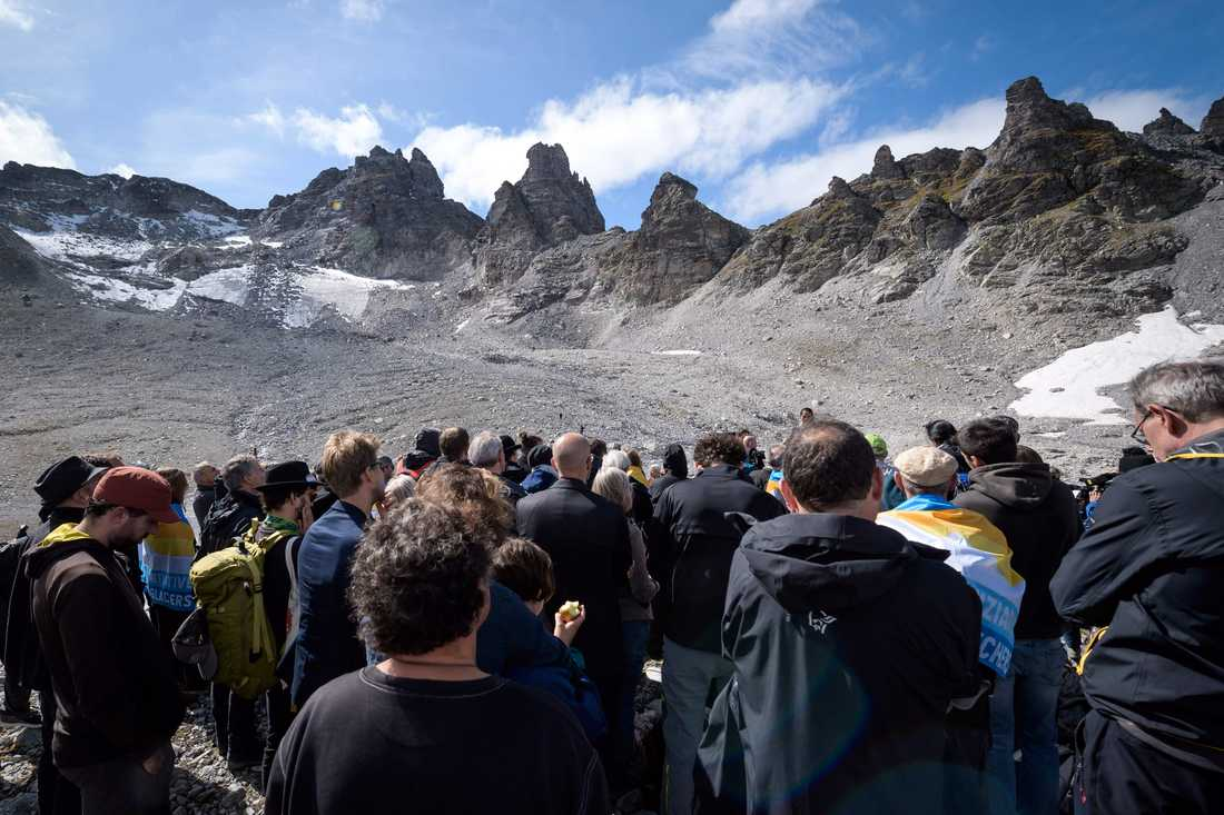 En sorgesam församling möttes upp vid den schweiziska glaciären Pizol, som snart smält bort.