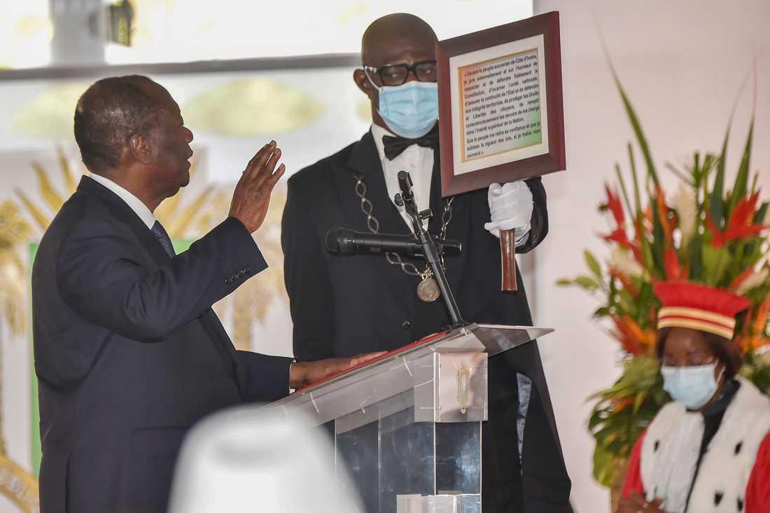 Elfenbenskustens president Alassane Ouattara svär presidenteden en tredje gång i december 2020, efter ett våldsamt val.