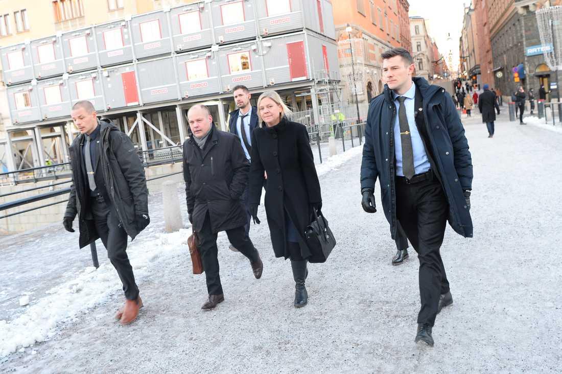 Magdalena Andersson på väg till riksdagen för att rösta om Stefan Löfven som statsminister.